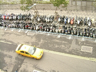 20091119_台湾03鉄格子+スクーター.jpg